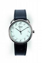ARCEAU vers 2000 Montre bracelet en acier. Boîtier rond. Cadran blanc avec chiffres arabes peints. Mouvement quartz. Cadran, boîti...