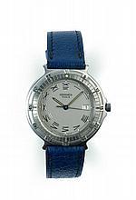 NEMO vers 1990 Montre bracelet en acier.  Boîtier rond. Lunette tournante. Cadran gris avec chiffres romains peints, dateur à 3 he...