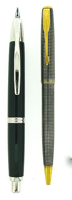 DIVERS Lot de 2 stylos : un bille Parker Sonnet argent ciselé + un plume Pilot Capless laque grise attributs rhodiés plume tordue.