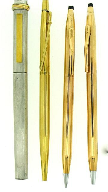 DIVERS Lot de 4 stylos : un bille Must de Cartier plaqué argent brossé (petits coups) + un bille Caran d'Ache Madison plaqué or (c....