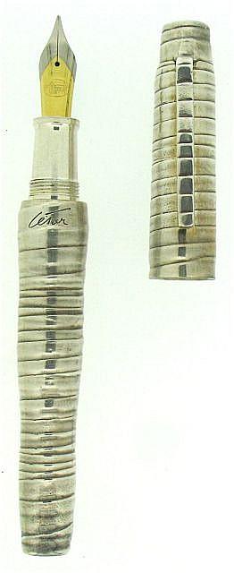 CESAR Stylo plume série limitée en bronze argenté, décor annelé torsadé, plume acier moyenne. Dans son écrin.