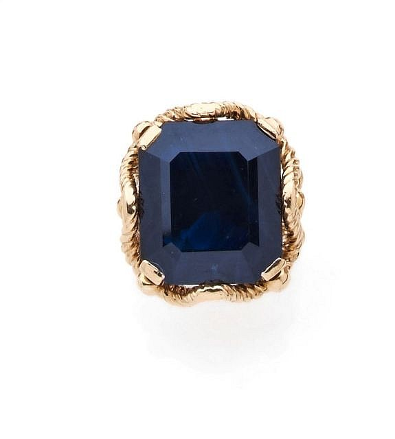 A 20 cts AUSTRALIAN SAPPHIRE AND YELLOW GOLD RING