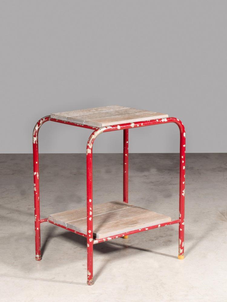 TRAVAIL FRANÇAIS Table d'appoint à deux plateaux - Circa 1950 Structure en tube de métal laqué rouge et bois