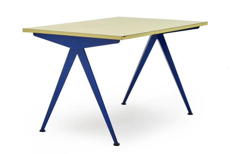 """Jean PROUVE (1901 -1984) Table mod. Cafeteria 512 dite """" Compas """" - 1954 Piètement """" compas """" en métal laqué bleu et plateau en bois..."""