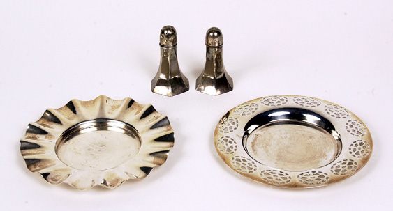 2 sterling S&Ps shakers and 2 silver plated dishes