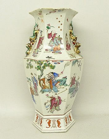 A Chinese porcelain vase, Qing dynasty, 19th