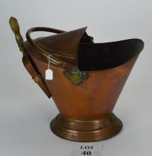 A copper coal scuttle with scoop est: £15-£25 (A4)