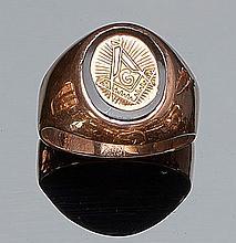 Sortija tipo sello en montura de oro rosa de baja ley, con centro decorado con motivos masónicos, sobre placa oval de ónix. Nº de anillero: 23.