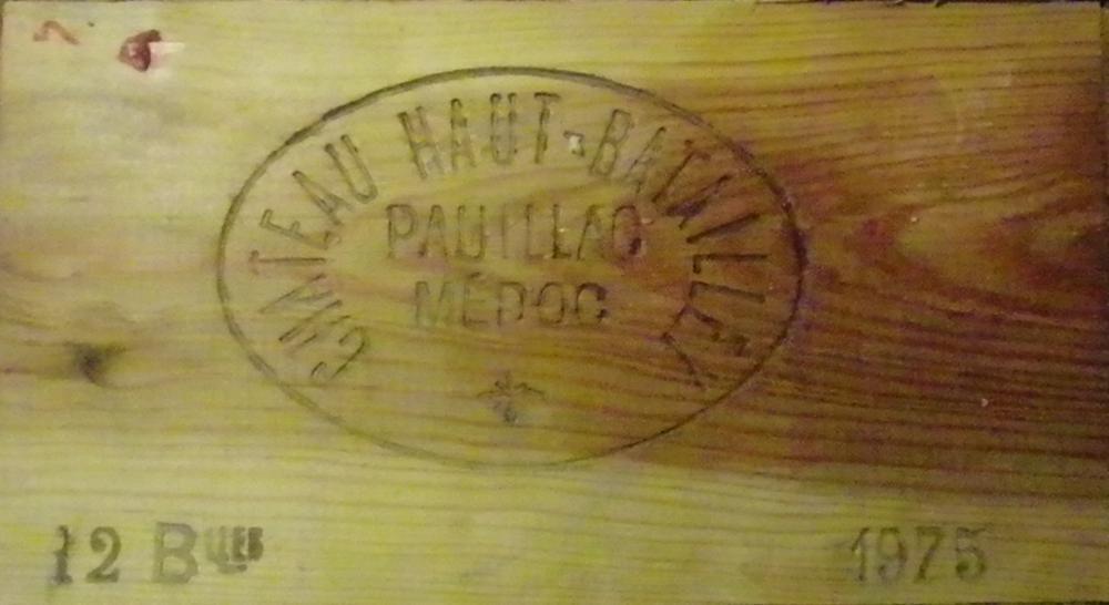 12 Bouteilles HAUT BATAILLEY Caisse bois d' origine, étiquettes légèrement tachées, 1 niveau  basse épaule, Labels lightly stained, 1 level low shoulder, original wood case.  1975