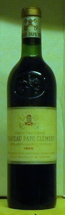 1 Bouteille PAPE CLEMENT etiquette très légèrement tachée, niveau bas goulot.  Label lightly stained, level low neck.  1966