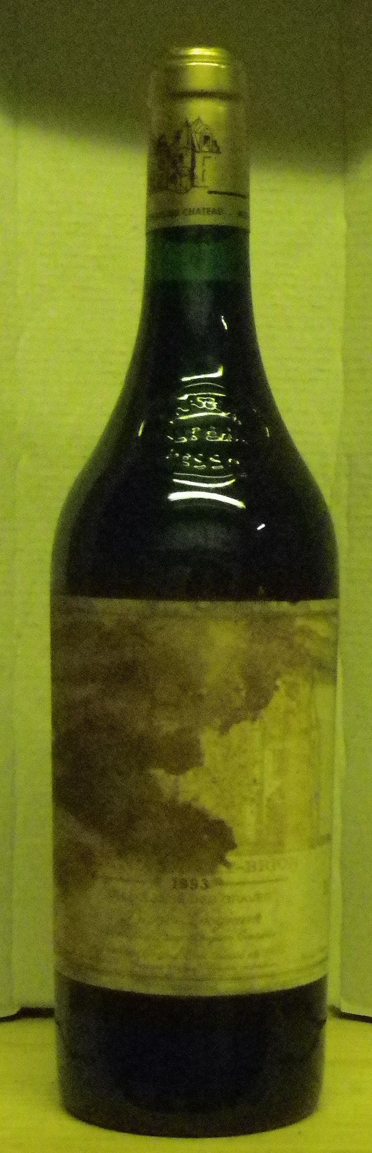 1 Bouteille HAUT BRION Etiquette tachée, fanée.  Label stained, faded.  1993