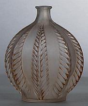 LALIQUE René (1860-1945) Vase « Malines». Épreuve de tirage industriel réalisée en verre blanc soufflé-moulé. Signé R. Lalique France au vibrographe et n° 957. Haut. 12,3 cm 100 / 150 € - Bibl. Félix Marcilhac,