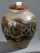 PAULUS      Vase ovoïde couvert en céramique. Décor d'une frise stylisé, émaillé noir sur fond beige.    Couvercle en ébène de macassar, prise en ivoire.    Signé, marqué «ex unique » et daté 1926.    Haut.  22,5 cm