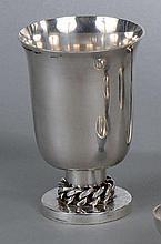 DESPRÈS Jean (1889-1980)  100/150    Timbale en métal argenté à motif d'une gourmette à sa base.    Signé et poinçon du Maître Orfèvre.    Haut.  11,3 cm