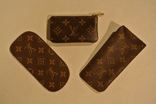 LOUIS VUITTON Paris, Lot de 2 étuis à Lunette et un porte clé en toile monogram