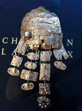 CHRISTIAN LACROIX Broche composée de maillons rectangulaires et ovales, ornée de strass    Hauteur : 15 cm