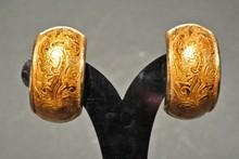 YVES SAINT LAURENT Rive Gauche par GOOSSENS Paire de demi créoles en métal jauni ciselé    Hauteur: 4cm