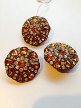 Lot de trois boutons en métal argenté ornés de strass orange et blancs    Diamètre : 3 cm
