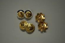 CHANEL Trois paires de clips d'oreilles circulaires en métal doré et argenté