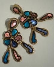 SATELLITE Paire de clips d'oreilles à pendants articulés, métal doré et paillettes polychrome