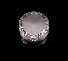 Petite boite ronde en argent à décor de frises - Poinçon de maître ML - Diam : 5cm - Poids 26,5g  Circular silver box - Diam : 2in.