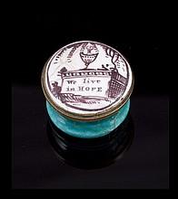 Petite boite à pilule en métal émaillée blanc et turquoise portant la mention