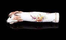 Manche de couteau en porcelaine allemande polychrome représentant une tête de chien - Hauteur: 12cm - Fin 19ème  Porcelain knife handle decorated with a dog head - Height : 4,7in.