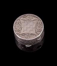 Petite boite ronde en argent repoussé - Poinçon FK -- Diamètre : 3cm - Poids : 12g  Engraved silver box - Diameter : 1,2in.