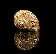 Boite escargot en métal doré  à décor rocaille - Travail 19ème - Longueur : 4cm  Gold tone metal snail box - Length : 1,5in.