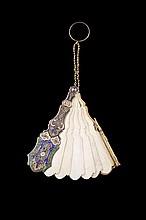 Carnet de bal à bague en argent émaillé figurant un éventail à six brins d' ivoire - Longueur : 9cm -  Poids brut 21,9g  silver and ivory ball book - Length : 3,5in.