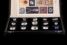 Coffret de diamants historiques renfermant quinze diamants de légende en verre blanc et teinté  - Dim : 21x37cm (petits chocs)  Historical diamonds set in fitted box - Dim :8,2x14,5in. (little damages)