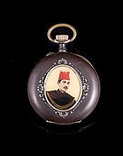 Montre de poche en acier bruni ornée des deux côtés du portrait d'un dignitaire oriental - Hauteur : 6,5cm  Steel pocket watch with oriental portrait - Height : 2,5in.