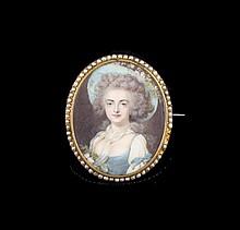 Miniature ovale sur ivoire et pomponne  dans un entourage de perles, portrait d'une femme de qualité ( petits manques) Dimensions : 5,2x 4,3cm  Ivory miniature portrait - Dim : 2x1,7in.