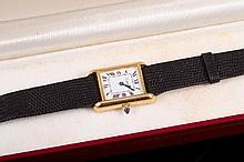 CARTIER New York Montre de dame en métal plaqué or, mouvement mécanique et bracelet en lézard noir (dans un écrin)  Gold tone metal lady's watch, mechanical movement ( in a box)