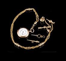 C.DETOUCHE Montre de dame à gousset en or rose avec chaine terminant par un cachet en agate et deux clés - Longueur de la chaine : 35cm - Poids brut : 55,6g  Gold ladies pocket watch with chain set in agate - Length : 13,8in.