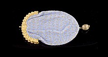 Porte monnaie brodé en petites perles bleues et métal doré - Hauteur : 13cm  Gold tone metal and blue beads purse - Height : 5,1in.