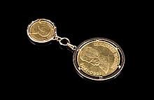 Deux breloques pièces de monnaie en or l'une à l'effigie de Théodore HERZL (Israel 1860-1904) et l'autre d'Afrique du sud - hauteur : 9cm - Poids : 33g  Two gold coins pendant from South Africa and Israel - Height : 3,54in.