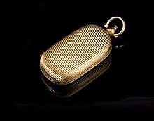 Pendentif porte pièces en or guilloché- Longueur : 7cm -  Poids 39,9g (petit choc)  gold pendant purse - length : 2,75in. (tear and wear)