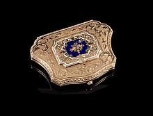 Porte monnaie polylobé en or et émail bleu, intérieur en moire rose - Longueur : 7,5cm - Poids brut 73,9g  Gold and blue enamel purse - Length : 3in.