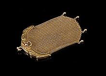 Porte monnaie bourse en or à décor de fleurs - Hauteur : 8,5cm - Poids brut : 30,4g   Gold purse decorated with flowers - Height : 3,3in.