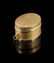 Pendentif Vinaigrette en or guilloché - Longueur : 3cm - Poids 10,8g (petits chocs)  Engraved gold box - Length : 1,2in. (tears and wears)