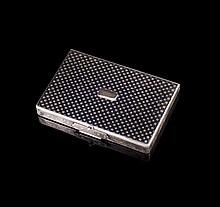 Etui à cartes en argent niellé et cartouche en or- Dim : 9,5x6,5cm- Poids : 107,9g   Silver card case - Dim 3,7x2,5in.