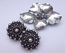 Paire de clips d'oreilles en argent ciselé, on y joint une broche Fleur en argent -  Poids total : 32,2 g