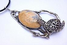 Pendentif en argent moderniste figurant un escargot sur une pierre dure -  Hauteur : 12cm -  Poids brut : 66g