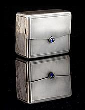 Boite à cartes en argent guilloché et son fermoir saphir guilloché -  Circa 1930 -  Dimensions : 10x8x4,5 cm -  Poids brut : 555,5 g