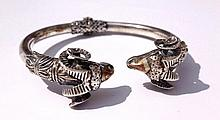 Bracelet semi-rigide en argent se terminant par deux têtes de bélier de style antique -  Diamètre : 6cm -  Poids brut : 29,5g