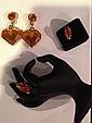 SONIA RYKIEL par GOOSSENS Paire de clips d'oreilles Coeur en métal doré et résine orange - Hauteur : 8cm, on y joint une bague et un pin Cigale