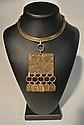 SCOOTER Paris et VENDOME Lot composé d'un collier et d'une broche en métal doré de style ethnique - Hauteur du collier : 25 cm et diamètre de la broche 8 cm - Height : 9,8 in. and diamètre 3,1 in., on y joint un collier en métal doré de style