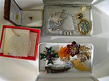 A quantity of assorted costume jewellery