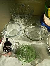 A quantity of Pyrex and other kitchen glassware